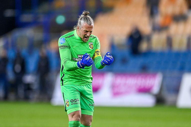 Remko Pasveer juicht nadat Vitesse op 2-1 is gekomen tegen PEC Zwolle. Beeld Pro Shots / Stefan Koops