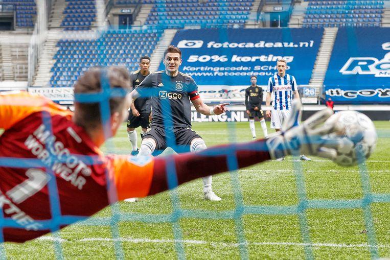 Dusan Tadic scoort de 1-1. Beeld Pro Shots / Stanley Gontha