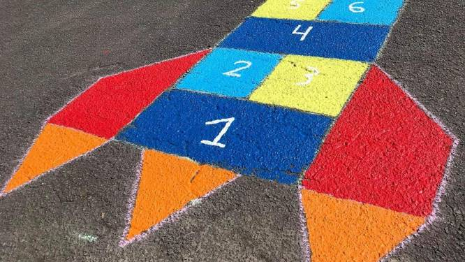 Straattekeningen brengen meer kleur in wijk Leeuwbrug en geven kinderen plek om te spelen