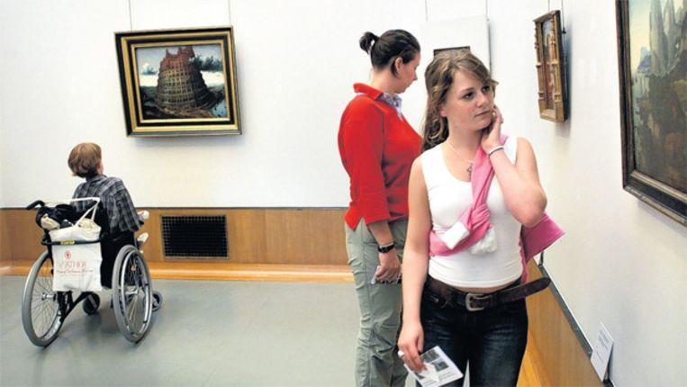 © Marcel van den Bergh. Jongeren in museum Boymans te Rotterdam. Beeld