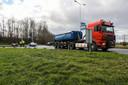 Een vrachtwagen en personenauto kwamen met elkaar in botsing.