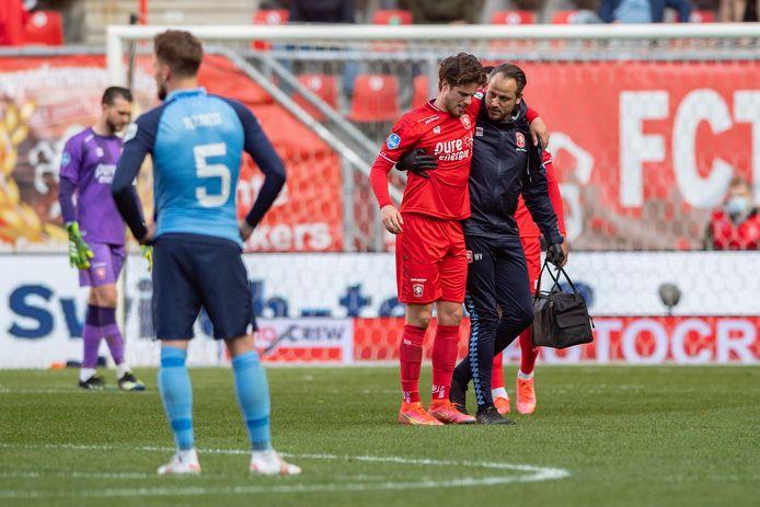 Kik Pierie moet er tegen FC Utrecht geblesseerd vanaf.