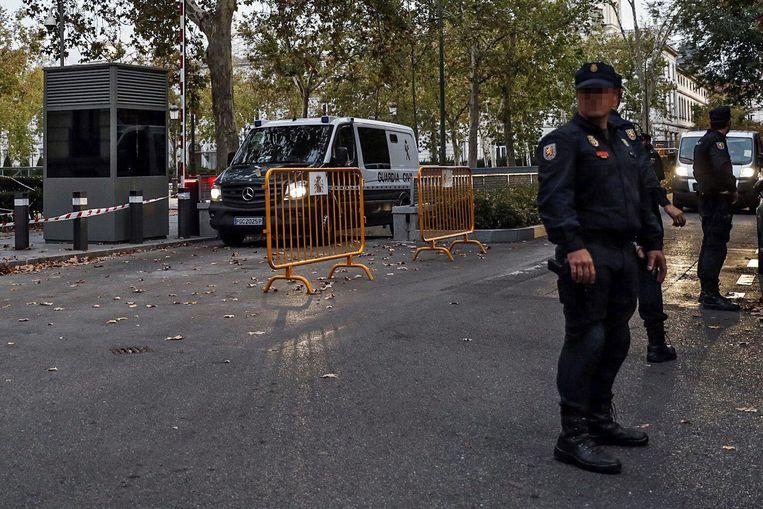 Gevangenisbusjes verlieten vanavond het gerechtsgebouw in Madrid, mogelijk met een of meerdere van de afgezette Catalaanse ministers erin. Beeld EPA