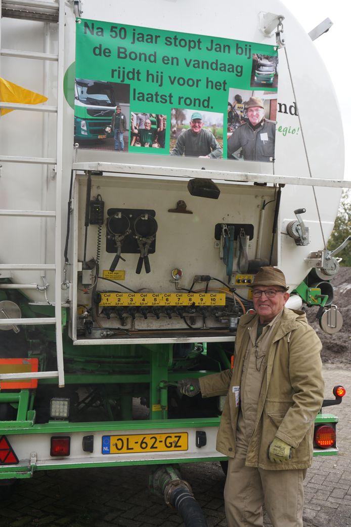 Jan Mekers voor zijn laatste rit in dienst van de CAVV Zuid-Oost Salland in Haarle.