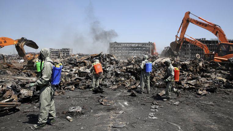 Een speciaal team is begonnen aan het opruimen van de ravage na de explosies. Beeld REUTERS