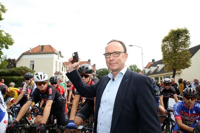 Wethouder Theo Geldens. Op deze foto geeft hij het startschot voor de Omloop van Valkenswaard in 2018.