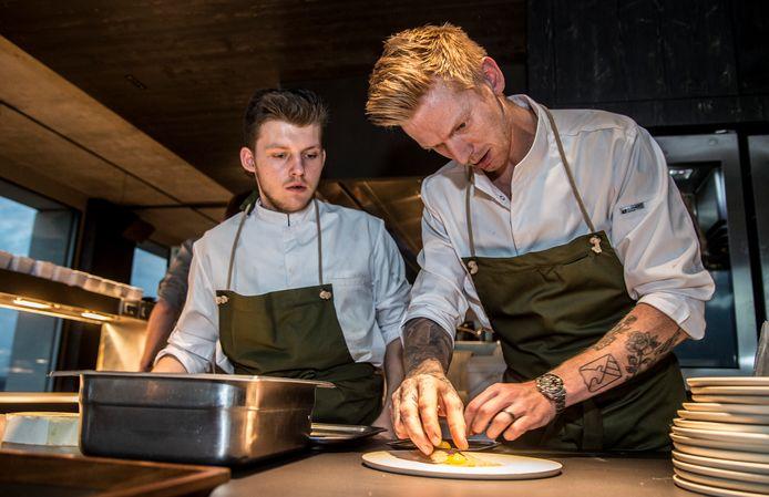 Alex Verhoeven (rechts) dresseert een bord in zijn restaurant Hert