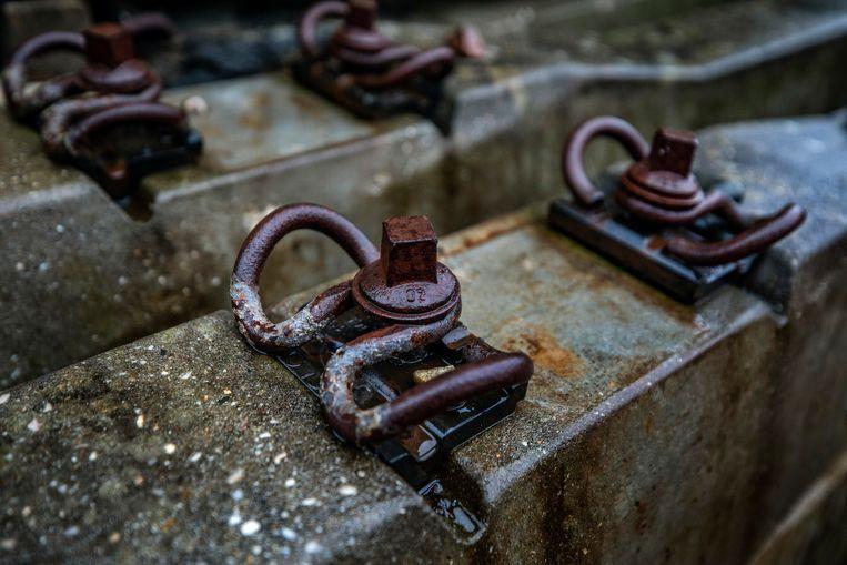 Onderdelen op de opgeslagen dwarsliggers. Beeld Raymond Rutting / de Volkskrant