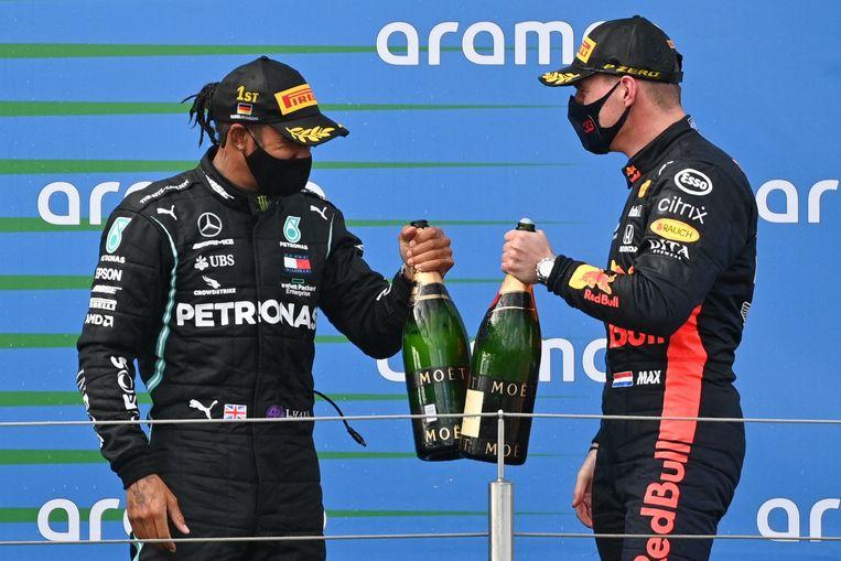 Lewis Hamilton (links) en Max Verstappen op het erepodium in Duitsland.  Beeld AFP