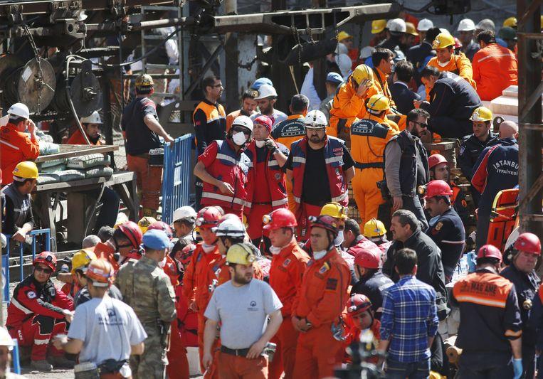 Ook mijnwerkers verdringen zich aan de ingang. Beeld AP