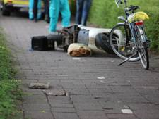 Vrouw op snorscooter zwaargewond na buiteling over stoeptegel op fietspad