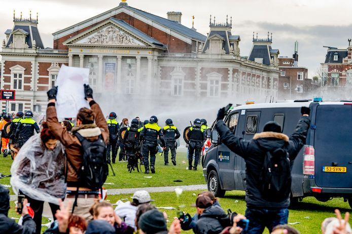 Rellen op het Museumplein in Amsterdam.
