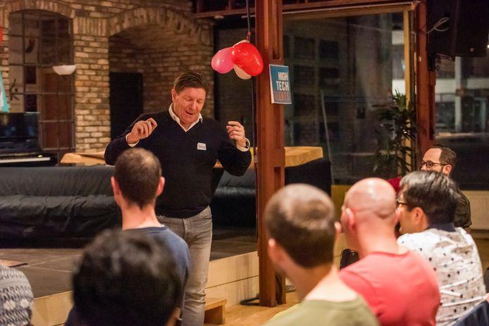 Psycholoog Tjerko Verhaag bereid de mannelijke deelnemers voor op hun 'flirting class' tijdens Flirting Day in The HUB