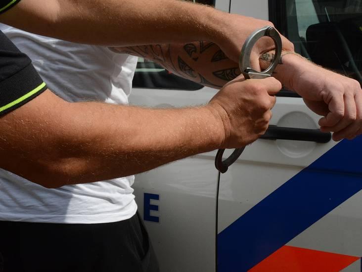 Verwarde Bredanaar met vuurwapen op zak belt zelf politie