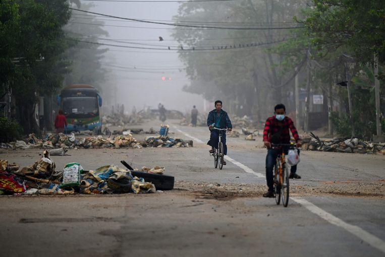 Demonstranten hebben in Yangon geïmproviseerde barricades opgeworpen. Beeld AFP