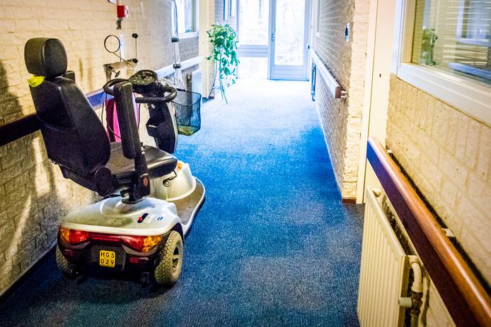 Een rollator op de gang van een zorgcentrum. Het wordt steeds ingewikkelder om voldoende personeel te krijgen binnen de Achterhoekse zorgsector.