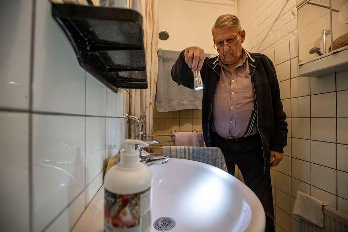 Groot aantal bewoners van Swafert zit al weken zonder verwarming. Vooral met mensen met bv reuma ook in de zomer geen pretje. Ook Jan ter Horst heeft geen warmte in huis. Bovendien is de wastafel kapot den wordt die maar niet gemaakt.