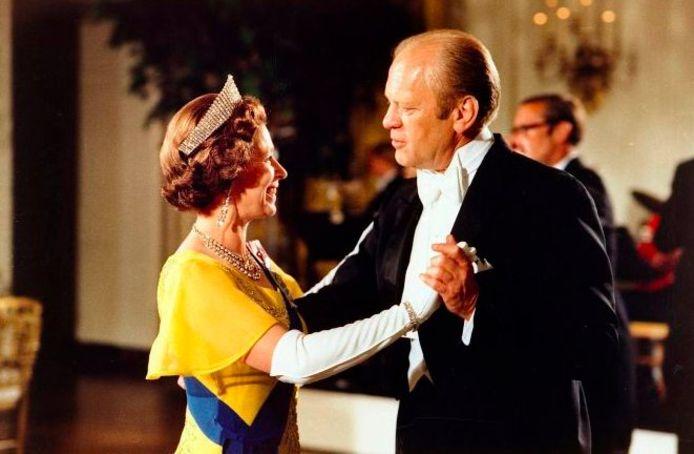 Queen Elizabeth II op de dansvloer samen met Gerald Ford tijdens een staatsdiner in het Witte Huis is 1976.