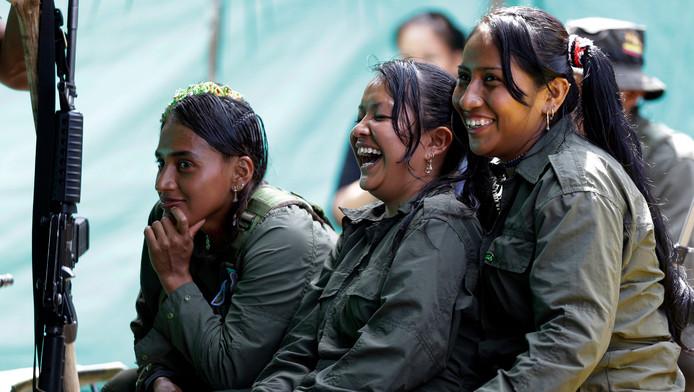 FARC-leden houden pauze in hun kamp in de Colombiaanse jungle.