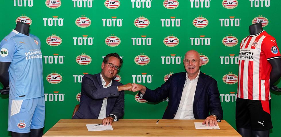 Marketingdirecteur Arno de Jong van TOTO en Toon Gerbrands, algemeen directeur van PSV vorig jaar bij de ondertekening van het eerste contract tussen PSV en TOTO.