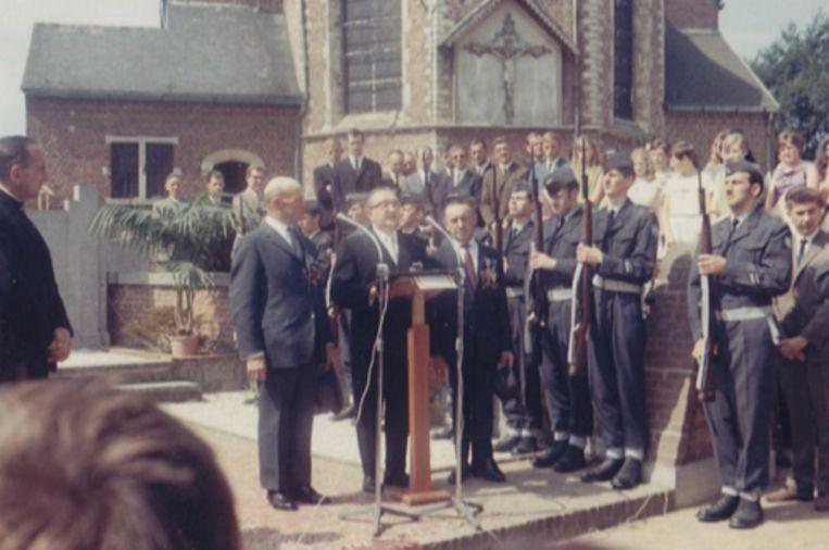 Frans Trompet (derde van rechts) was een van de drie mannen van het dorp die de kampen overleefden. Beeld rv