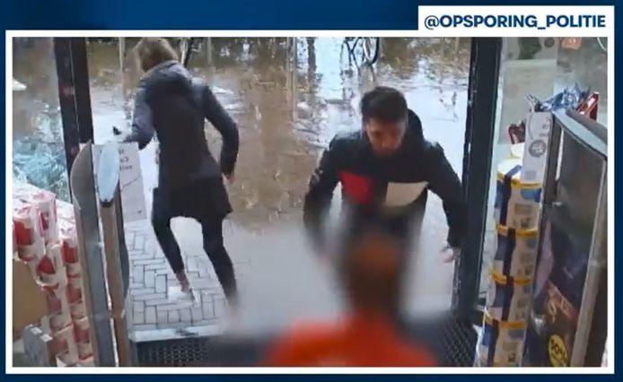 De man trok de vrouw met geweld los bij een winkeldiefstal uit een Kruidvat in Ede.