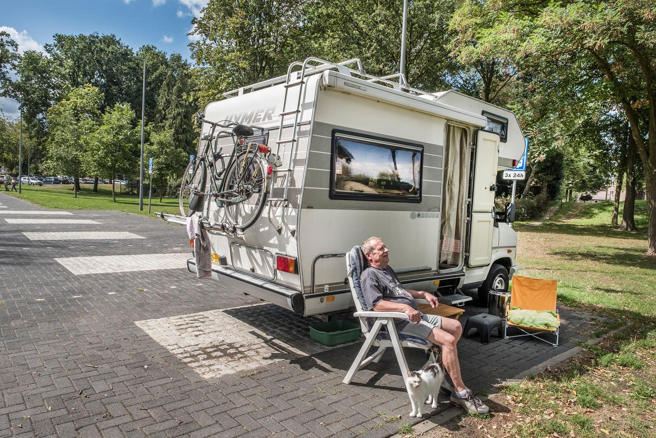 Paul Essers uit Venlo op de camperplaats in Gennep achter de kerk in het centrum van Gennep samen met zijn poes Lucky. Ook camperaars moeten sinds dit jaar toeristenbelasting afrekenen.