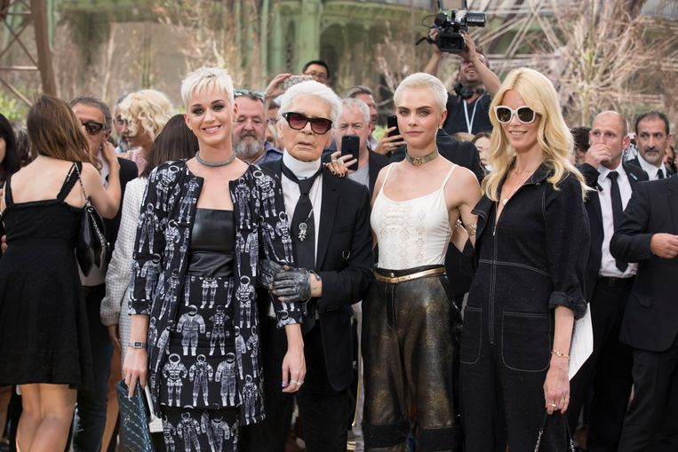 Karl Lagerfeld omringd door enkele van zijn beroemde vrienden: zangeres Katy Perry en de modellen Cara Delevingne en Claudia Schiffer.