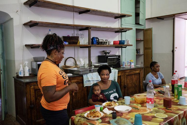 In een van de opvanghuizen van Piam, een vereniging die slachtoffers van mensenhandel helpt.  Beeld Giulio Piscitelli