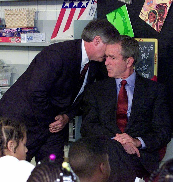 Een staflid van het Witte Huis brengt president Bush op de hoogte van de aanslagen.