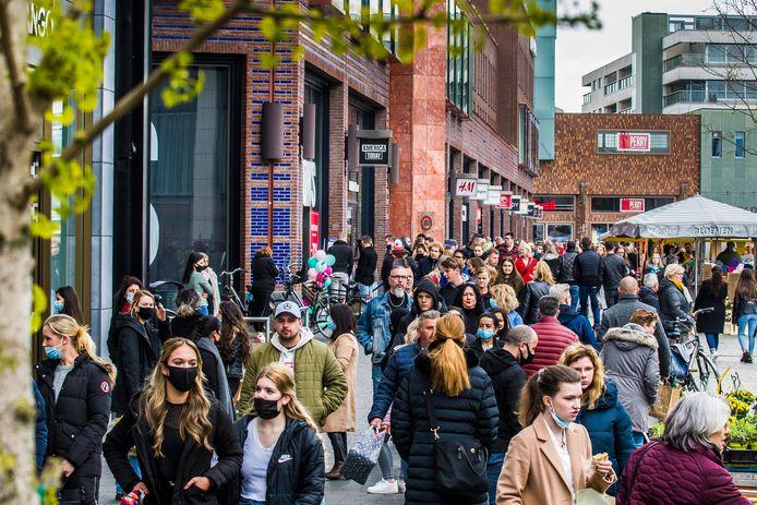 Mensen genieten massaal van de versoepelingen, de winkels en terrassen zijn weer open.