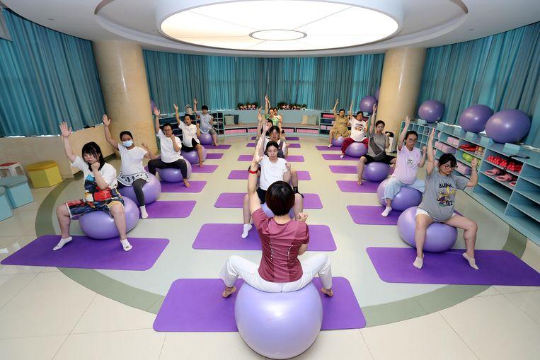 Zwangerschapsyoga in China. Na de eenkindpolitiek is er behoefte aan gezinnen met meer kinderen, als antwoord op de vergrijzing. Beeld Visual China Group via Getty Ima