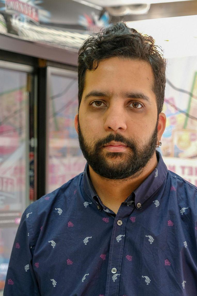 Winkeluitbater Aziz bevestigt dat er spanningen zijn tussen de politie en wijkbewoners.