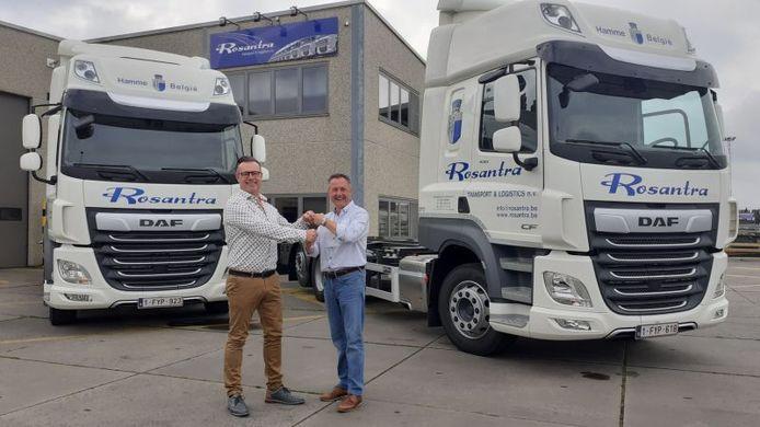 Directeur Chris Danys ontvangt de sleutels van de eerste twee DAF-trucks uit handen van Davy De Belie