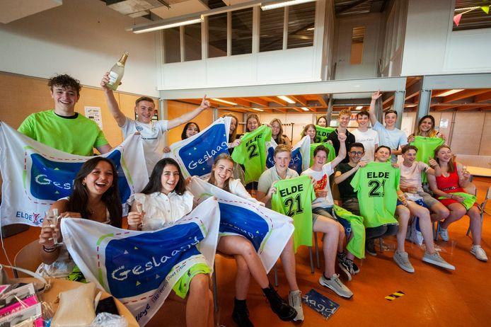 Huldiging van leerlingen van klas T4B van het Elde College in Schijndel die zijn geslaagd voor hun eindexamen