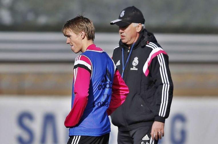 Ødegaard en Ancelotti op training bij Real in 2015. Beeld rv
