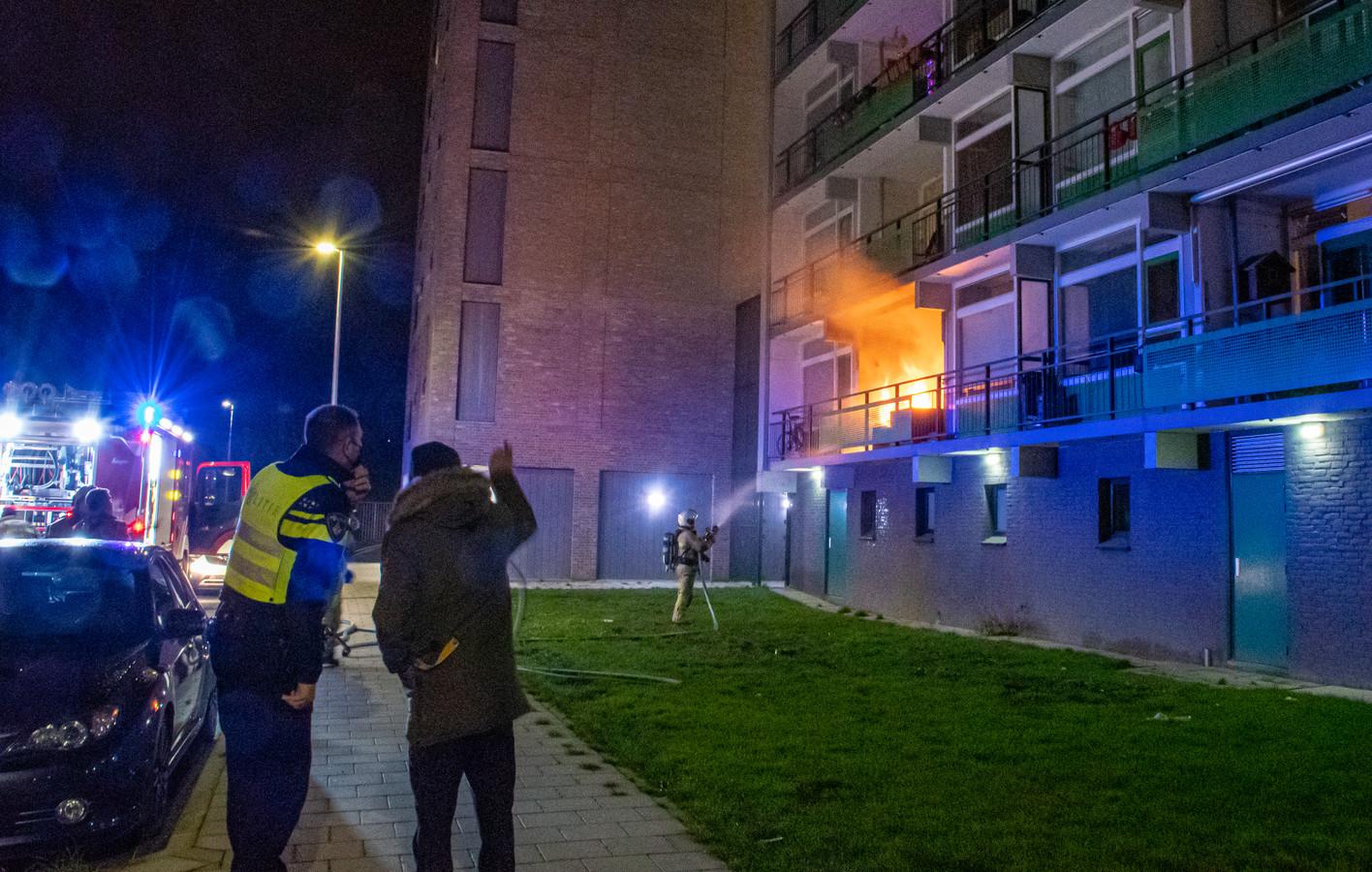 Omstanders belden de brandweer, de bewoner poogde het vuur tevergeefs te blussen.