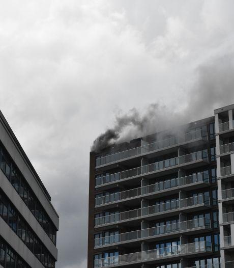 Brand op dak van flat aan de Haagse Waldorpstraat