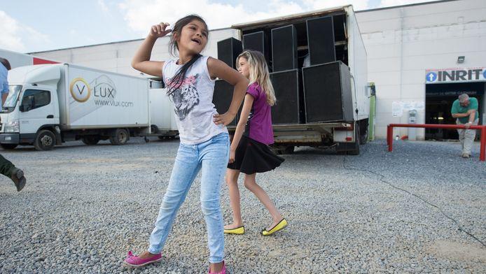 De kinderen van de woonwagenbewoners dansten woensdag op de 'verjaagmuziek' van DJ Jos in Landen.