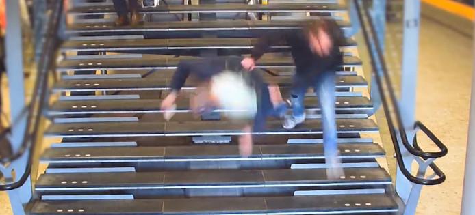 Man wordt van trap geduwd door winkeldief op Utrecht CS.