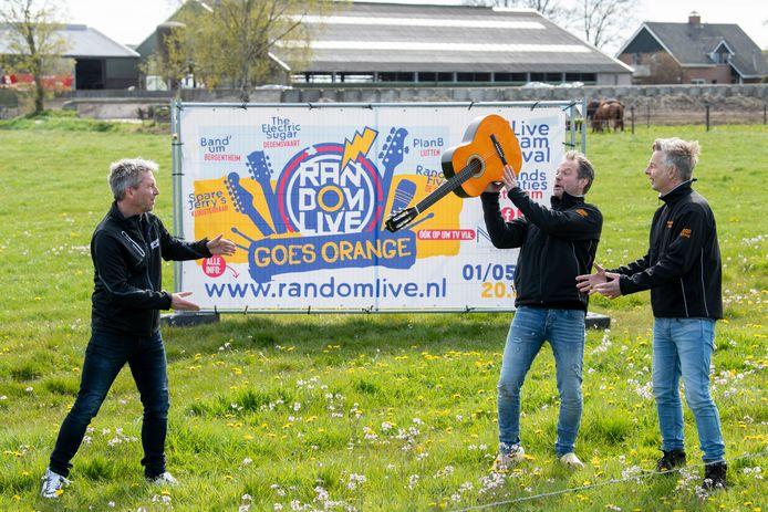 Gert Mink,  Jan Katerberg en Harm Folkers gooien elkaar de bal (gitaar) toe.