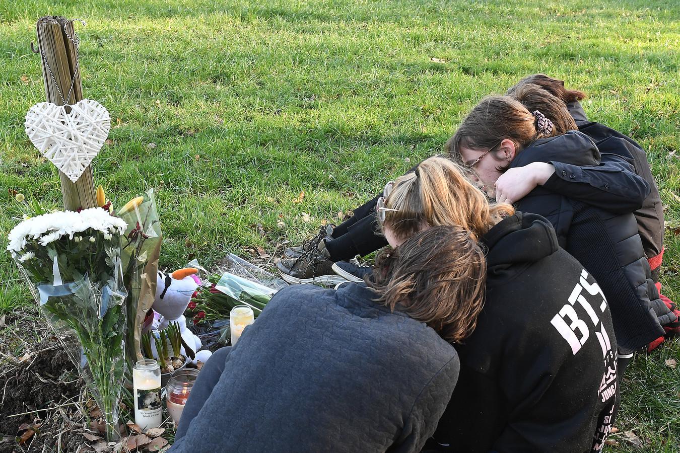 Bloemen, kaarsen en een knuffel. Vrienden van de maandag overleden fietsster nemen afscheid op de plek waar het ongeluk gebeurde.