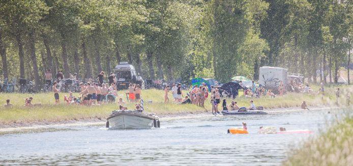 Jong en oud krioelt door elkaar aan de waterkant bij het kanaal tusen Goes en het Goese Sas. De foto is gemaakt met een telelens.