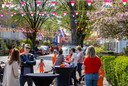 Ook gezelligheid op Koningsdag in de 1e Wilakkerstraat in Eindhoven.