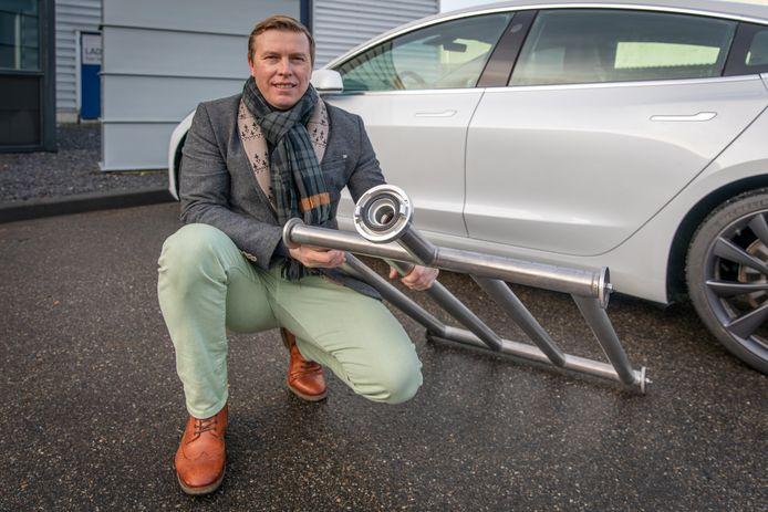 Brandweerman Rene Verboom bedacht een manier om elektrische auto's beter en sneller te koelen en blussen. Het systeem kan aangesloten worden op een brandslang en onder de auto geschoven worden.