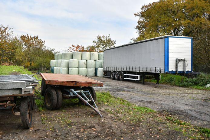 De bewuste trailer met vaten, gevuld met chemicaliën, op een perceel van slagerij Ten Oever.