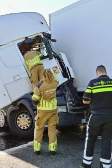 Gewonde bij ongeluk met drie vrachtwagens en auto op A16 bij Breda, weg rond 18.00 uur weer vrij