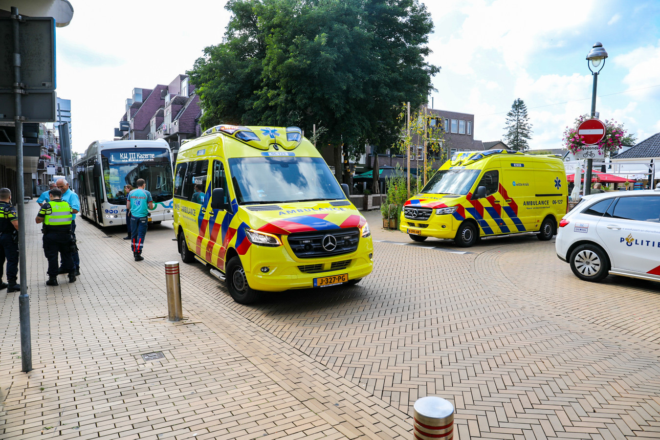 Een fietsster in het centrum van Apeldoorn is vandaag aan het eind van de ochtend ernstig gewond geraakt toen zij de zijkant van een lijnbus raakte. De fietsster kwam hierbij hard ten val en is met spoed naar het ziekenhuis overgebracht.