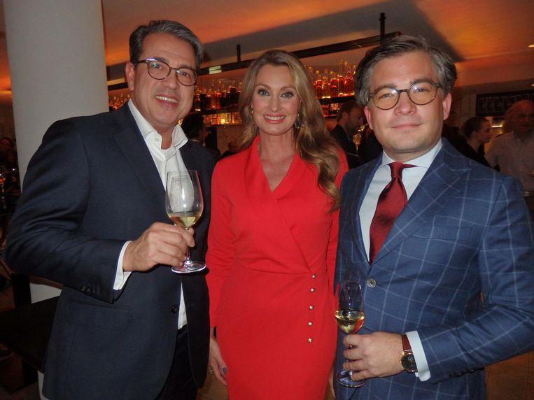 Ook très chic: André Smits (Deutsche Bank), Anne-Marie van Leggelo-van den Berkmortel (Etiquette Bureau) en François-Léon Van der Velden (Dutch Global Media) Beeld Schuim