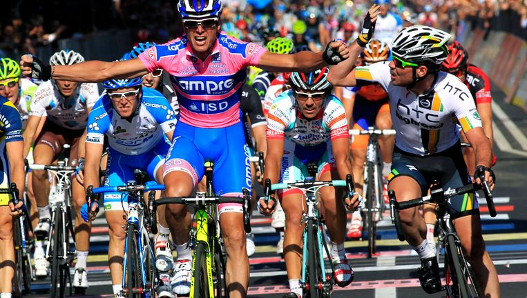 Petacchi verslaat Cavendish in de sprint, tot groot ongenoegen van de Brit. Beeld AP